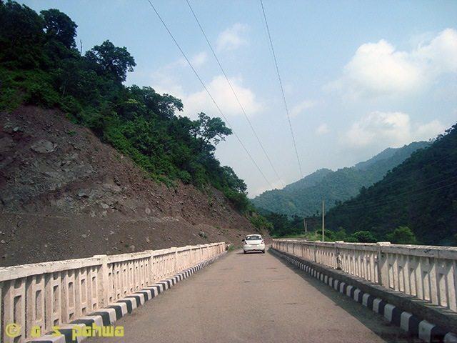 झरने से गिरते पानी ने जिस खड्ड का रूप ले लिया है, उस पर बने इस पुल को पार कर आप को प्रस्थान करना है