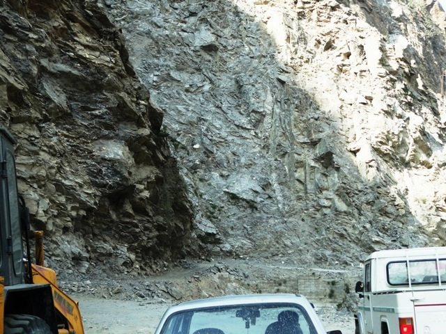 Shooting stones from the mountain force the traffic to a halt