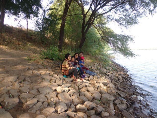 झील के किनारे आनंद के क्षण