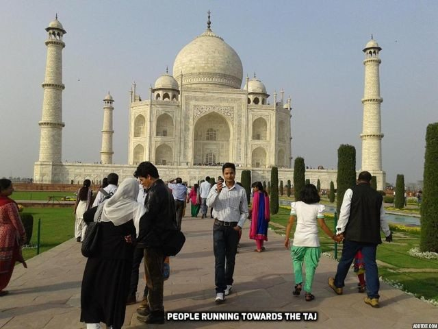 People running towards the Taj