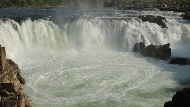 The famous ox-bow cliff of Dhuandhar Falls