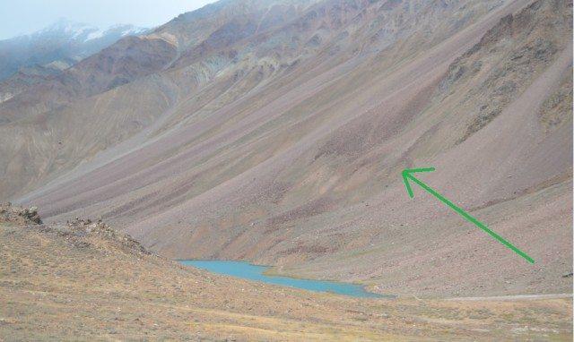 चन्द्रताल की एक झलक और ग्लेशियर को दर्शाता arrow.