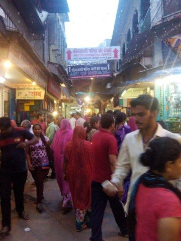 11 मंदिर के रास्ते में श्रधालुओ की भीड़