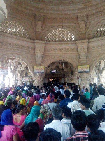 सांवलिया सेठ मंदिर में लगी भक्तो की भीड़