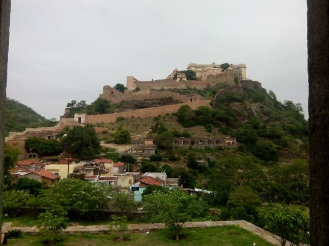 कुम्भलगढ़ किले का निचे से लिया गया एक फोटो