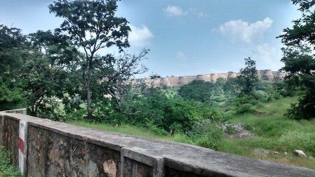 दूर किले की दीवारे