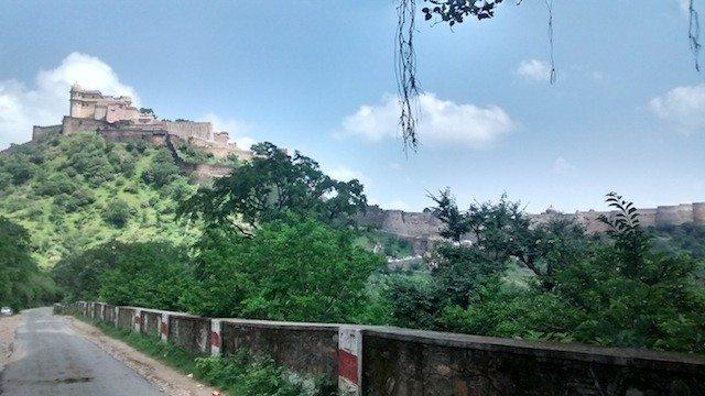 रास्ते से किले का मुख्य भाग का लिया गया चित्र