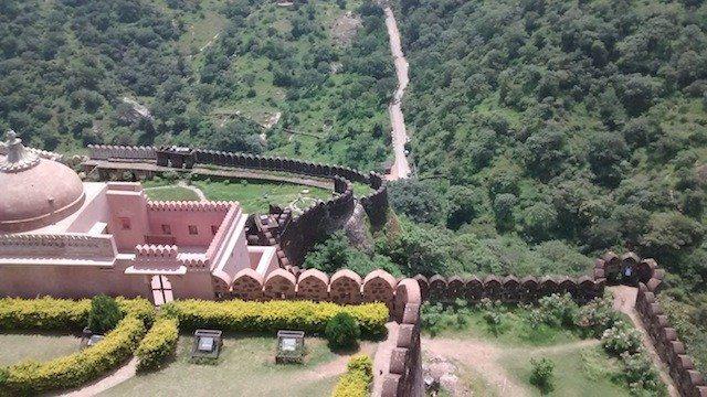 किले के ऊपर से नीचे रस्ते का चित्र