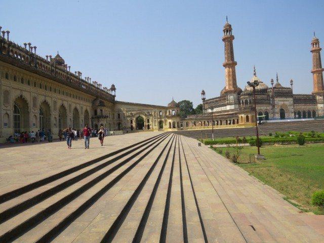 बड़ा इमामबाडा और मस्जिद बावली से कुछ यूँ दिखती है