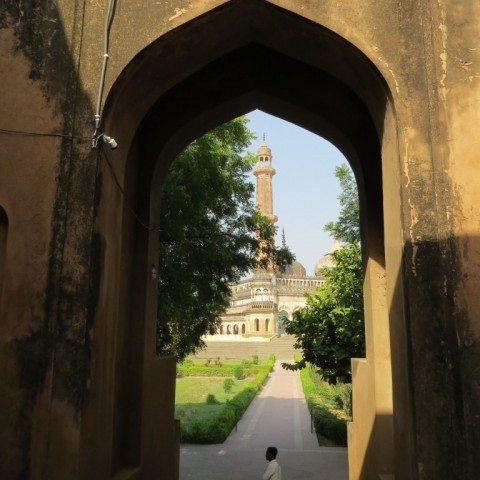 बावली से बाहर निकते समय मस्जिद के दर्शन होते हैं