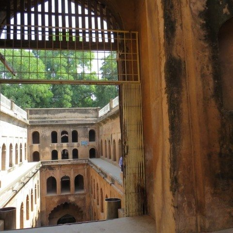 बावली के प्रवेश द्वार में सीढियां चढ़ने पर कुछ यूँ दीखता है