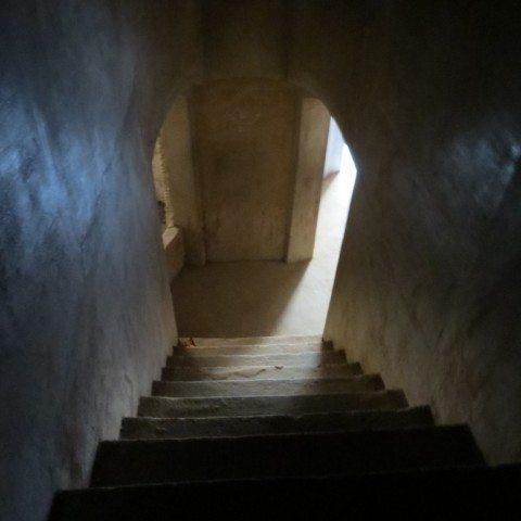 ऊपरी मंजिल की ओर जाने का रास्ता