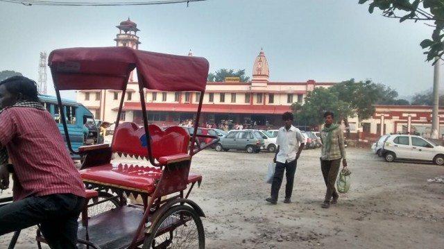 हरिद्वार स्टेशन से बाहर का दृश्