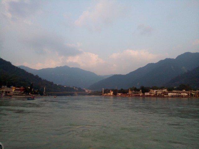 पहाड़ों के मध्य से निकलती गंगा नदी
