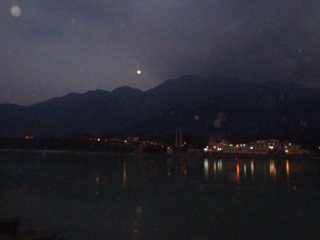 सड़क से गंगा का रात्रि दृश्य