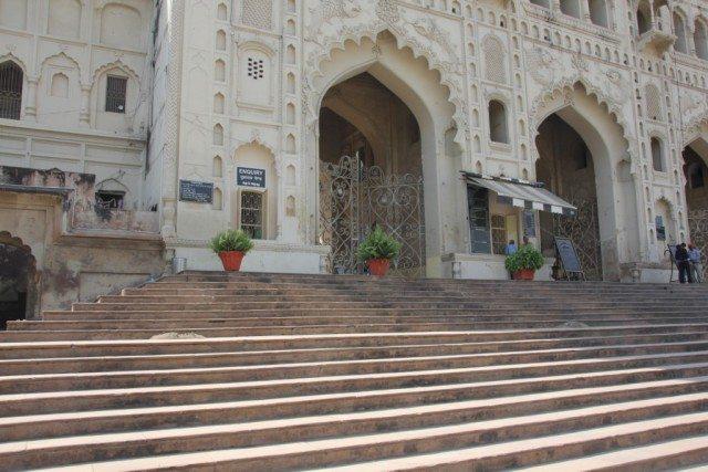 मुख्य द्वार से प्रवेश के लिए कोई टिकेट नहीं है, लेकिन उसके बाद के प्रवेश द्वार पर पूछताछ केंद्र तथा टिकेट घर स्थित है.