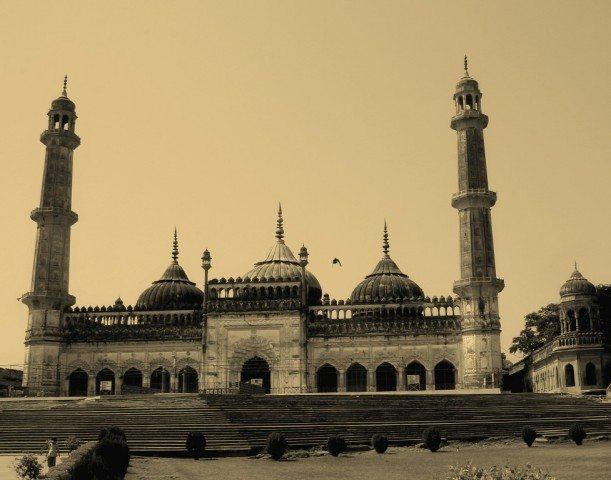 मस्जिद का सामने से लिया एक व्यू