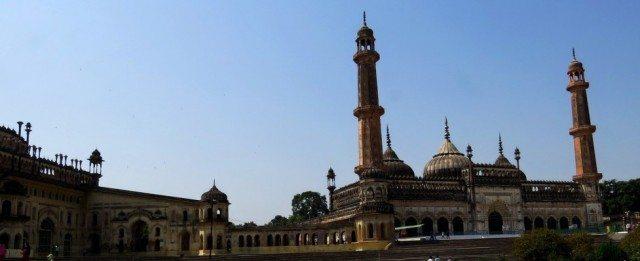 बावली से मस्जिद तथा इमामबाड़े का एक भाग ही दिखाई देता है.