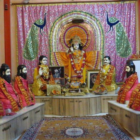 राजा परीक्षित शुकदेव जी से मोक्ष प्राप्ति की कथा सुनते हुए यह प्रतिमाएं परिसर के मंदिर की मुख्य प्रतिमाएं है.