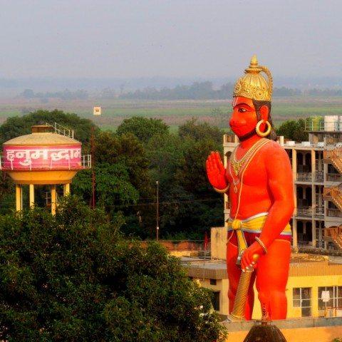शुकदेव मंदिर परिसर से हनुमंत धाम में स्थापित हनुमान जी की विशाल मूर्ति के दृश्य