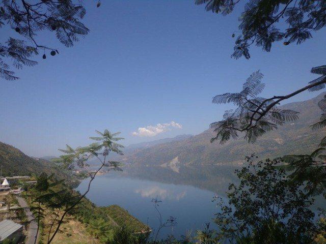 पहाड़ियों के बीच रुकी हुई नदी