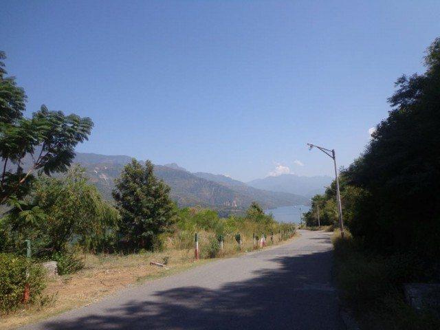 गेट से झील तक का रास्ता