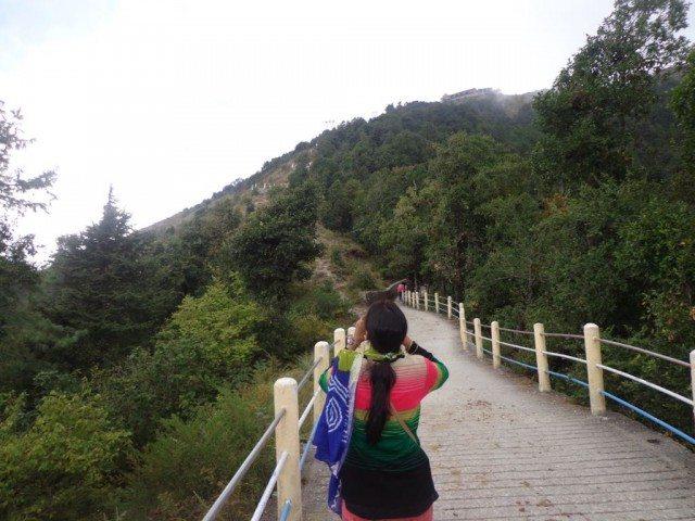 चढाई के बीच में