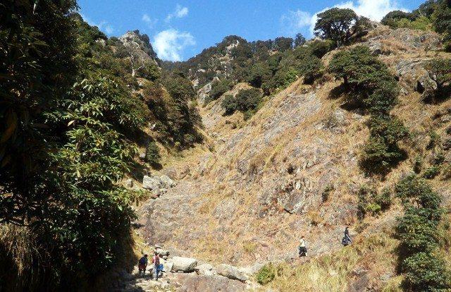 त्रिउण्ड की ओर जाते हुए कुछ पर्वतारोही