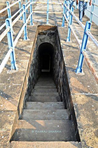 डैम के अंदर जाने के लिए सीढ़ियां