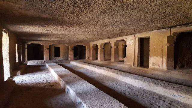 गुफा में बनी कक्षा