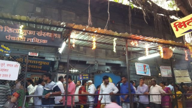 सीता गुफा के बाहर लोगों की भीड़