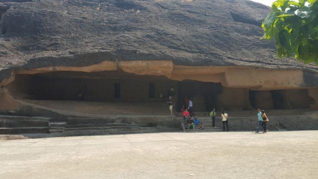 बाहर से दूसरी गुफा का दृश्य
