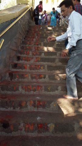सीढ़ियों पर लगाये तिलक चिन्ह