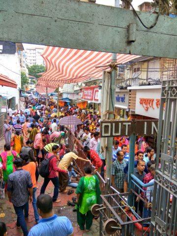 श्री महालक्ष्मी मन्दिर मुंबई दर्शन हेतु लगी भीड़ की कतार