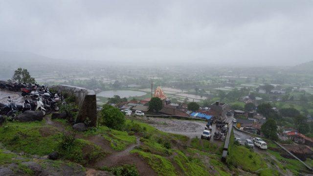 ऊँचाई से अंजनेरी गाँव का हनुमान मंदिर का दृश्य