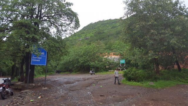 पहाड़ की तलहटी पर पांडव लेनी जाने का मार्ग