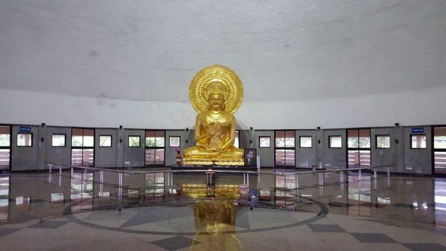 स्तूप के अन्दर भगवान् बुद्ध की चमकती प्रतिमा