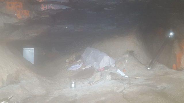 जन्मस्थान वाली गुफा में स्टील की गदा