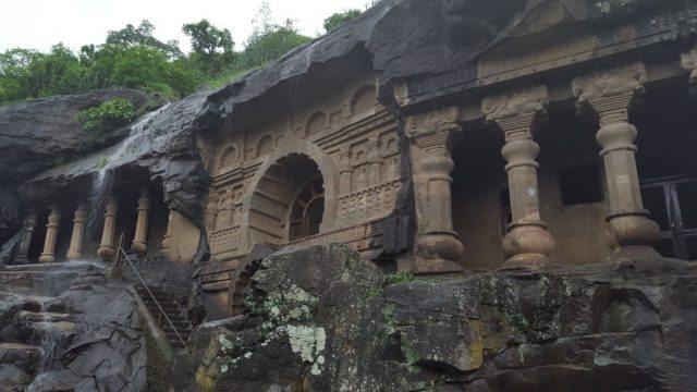 पांडव गुफाओं का एक विहंगम दृश्य