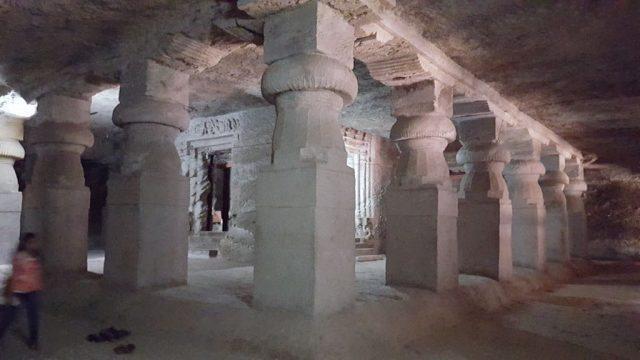 जोगेश्वरी गुफा के अन्दर खम्भेदार वृहत हौल