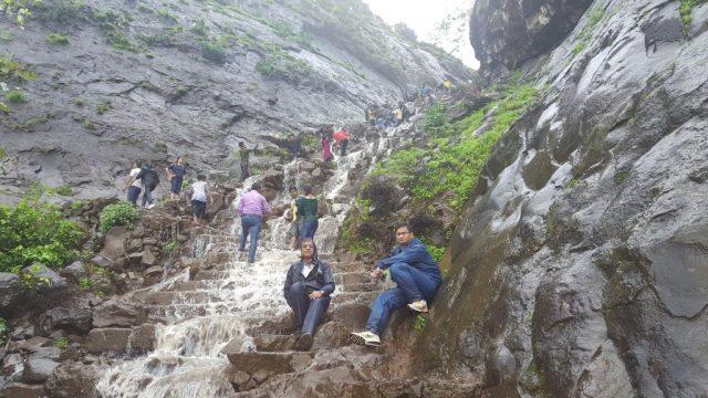 दो पर्वतों के बीच एक विशाल झरने वाला रास्ता