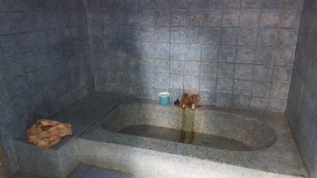 रिसोर्ट के अन्दर गर्म पानी का सोता से स्नान की व्यवस्था