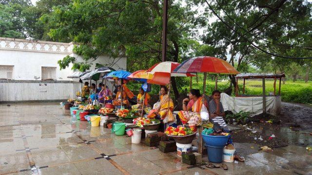 भीमेश्वर मंदिर के सामने फूलों की दुकानें