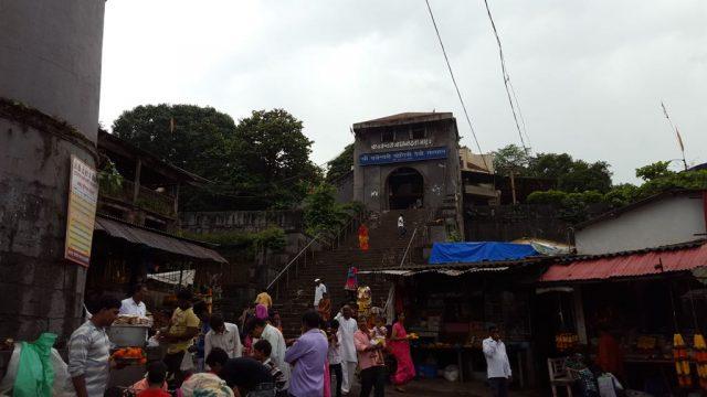 वज्रेश्वरी देवी का मंदिर के सामने का दृश्य