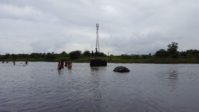 तन्सा नदी की बीच धारा में गर्म पानी का एक सोता