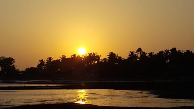 अरनाला द्वीप पर सूर्यास्त का एक दृश्य