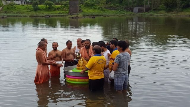 तन्सा नदी में भगवान् का जलाभिषेक