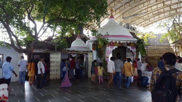 मंदिर परिसर का एक दृश्य