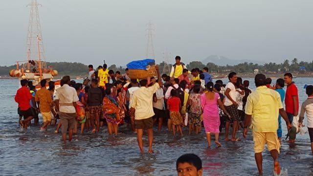 अरनाला द्वीप की फेरी पर यात्रियों का एक दृश्य