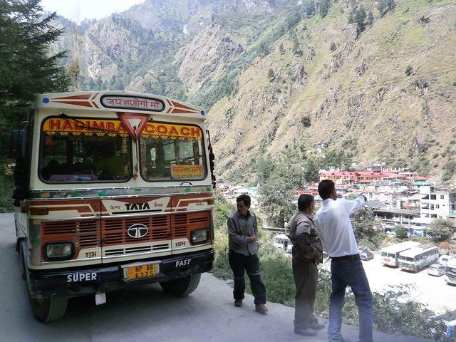 मणिकर्ण से बरशैणी जाने वाले मार्ग पर बरशैणी जाने वाली बस
